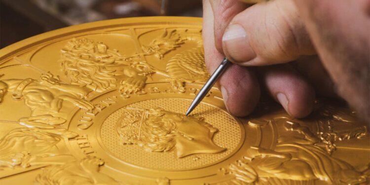 Pulido de la moneda de 10 kilos de oro de las Bestias de la Reina