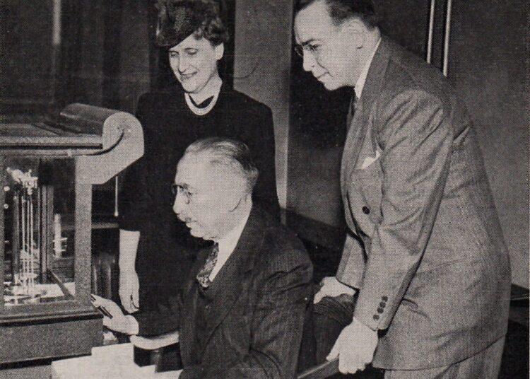 Pesaje de monedas durante la reunión de 1942